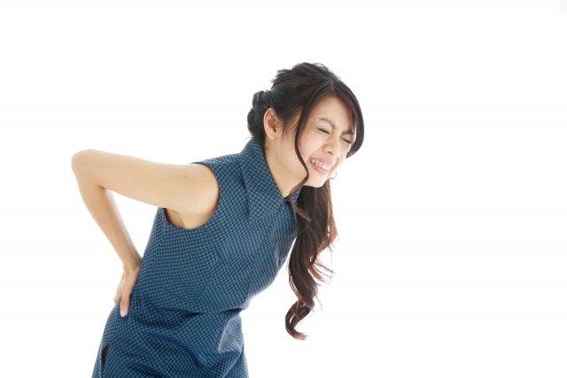 背中に痛みがある女性