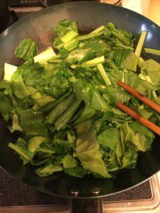 鉄製フライパン、小松菜を炒めている
