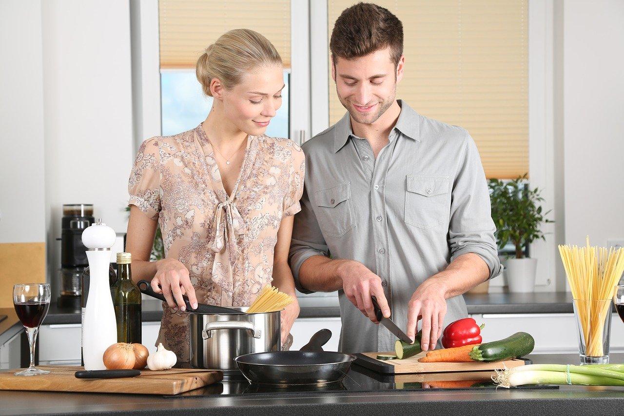 パートナーと協力しながら料理